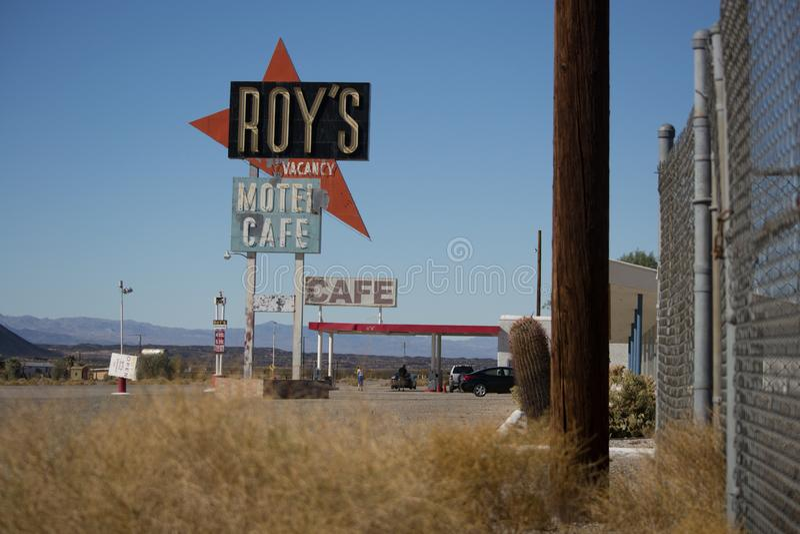 El caf? y el motel de Roy en Amboy, California, Estados Unidos, junto a Route 66 cl?sico imagenes de archivo
