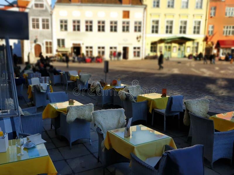El caffe, las tablas y las sillas de la calle en la ciudad est?n esperando a gente para relajar y para comer una taza de caf? en  fotografía de archivo