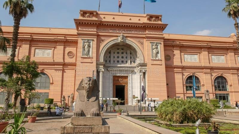 EL CAIRO, EGIPTO SEPTIEMBRE, 26, 2015: exterior del museo egipcio en El Cairo fotografía de archivo libre de regalías