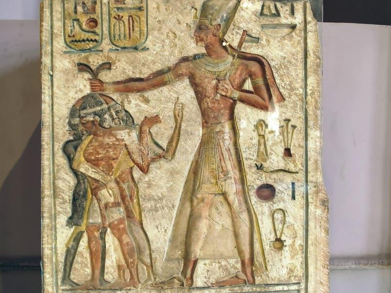 EL CAIRO, EGIPTO SEPTIEMBRE, 26, 2016: tirado de un stela grabado con la imagen de ramses II en El Cairo imágenes de archivo libres de regalías
