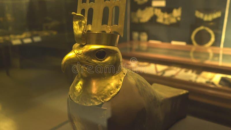 EL CAIRO, EGIPTO SEPTIEMBRE, 26, 2016: una máscara del horus del oro del templo del horus en El Cairo imagen de archivo