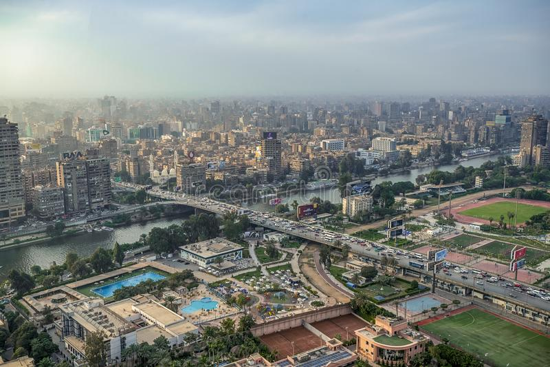 11/18/2018 El Cairo, Egipto, vista panorámica de la central y de la pieza del negocio de la ciudad de la plataforma de observació fotografía de archivo
