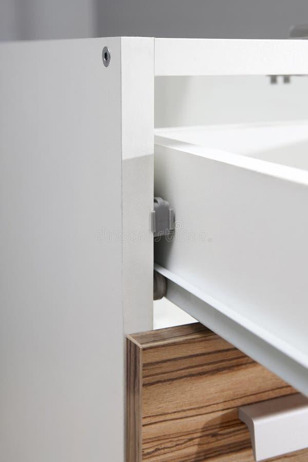 El cajón de Undermount resbala - detalle del primer de los deslizamientos - el hardware de los muebles imagen de archivo libre de regalías