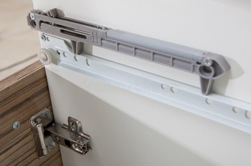 El cajón de Undermount resbala - detalle del primer de los deslizamientos - el hardware de los muebles fotos de archivo libres de regalías
