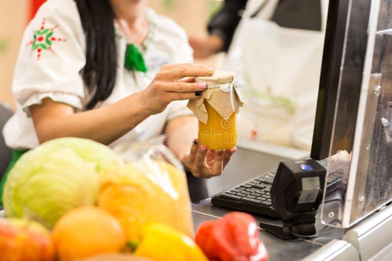 El cajero está trabajando en el supermercado imagen de archivo libre de regalías