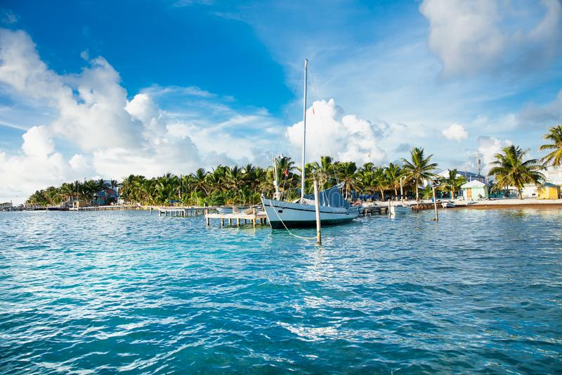 El calafate de Caye una pequeña isla localizó aproximadamente 20 millas de imagenes de archivo