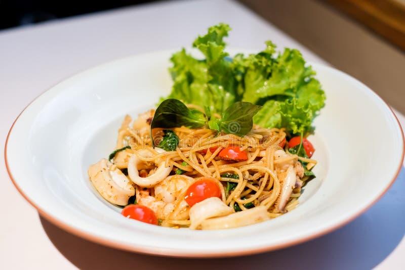 El calamar picante de los mariscos de los espaguetis, camarón con albahaca imágenes de archivo libres de regalías