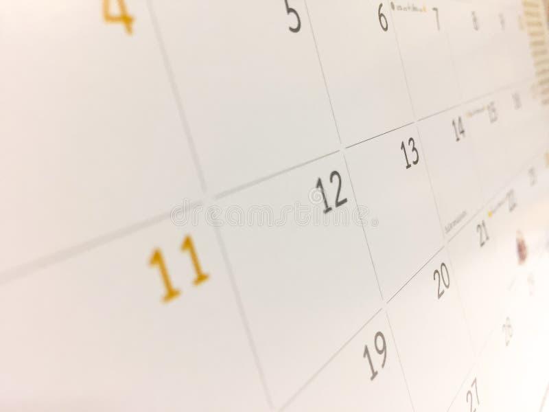El calendario blanco, el mes es clase al lado de fecha como la tabla cuadrada que era espacio vacío fotografía de archivo libre de regalías