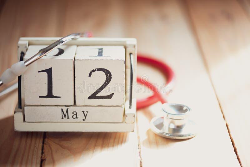El calendario de bloque de madera para el International cuida día, el 12 de mayo fotos de archivo