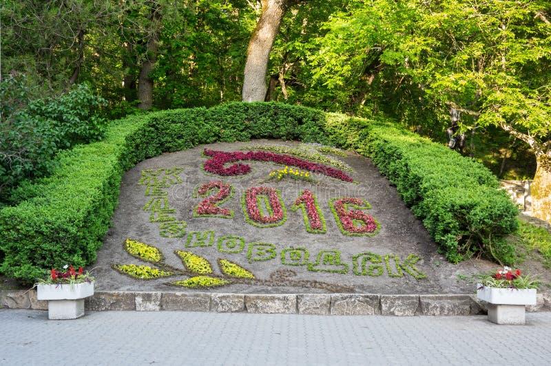 El calendario de la flor en el parque de la ciudad de Zheleznovodsk imagen de archivo