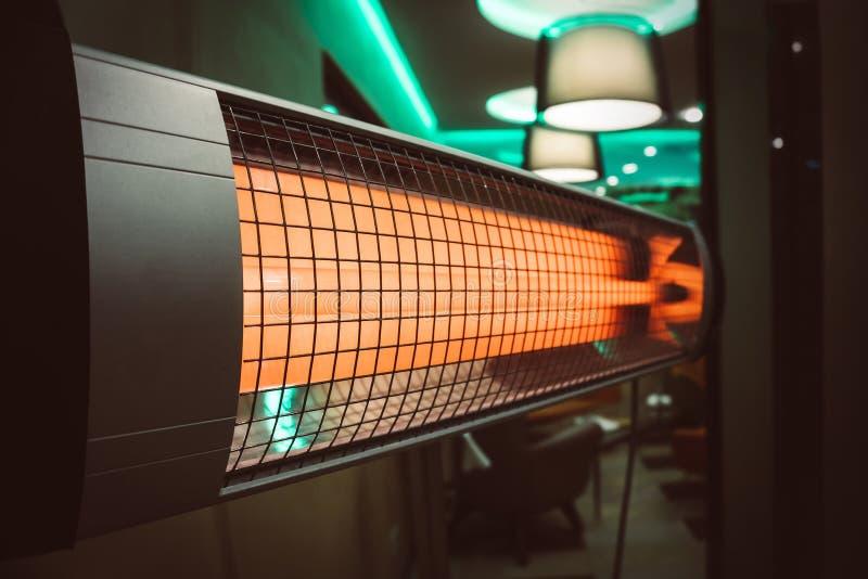 El calentador eléctrico en el cuarto calefacción del apartamento en tiempo frío foto de archivo
