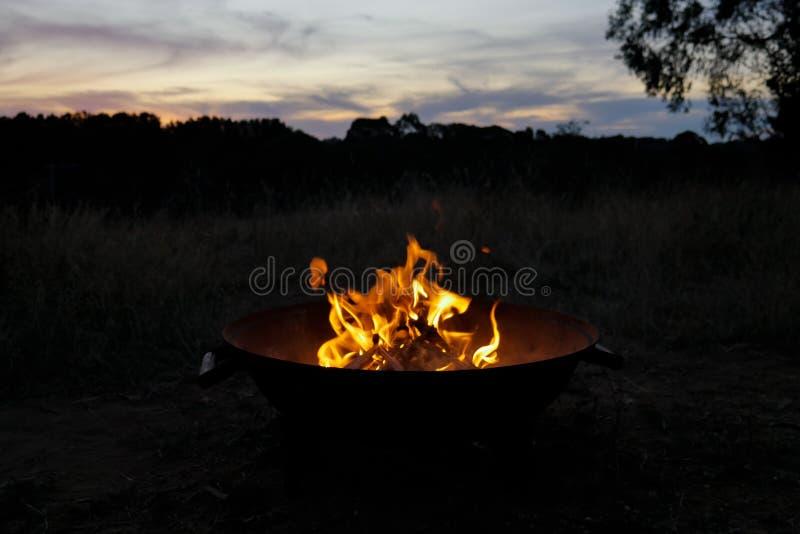 El calentarse al lado del hoyo del fuego fotos de archivo libres de regalías