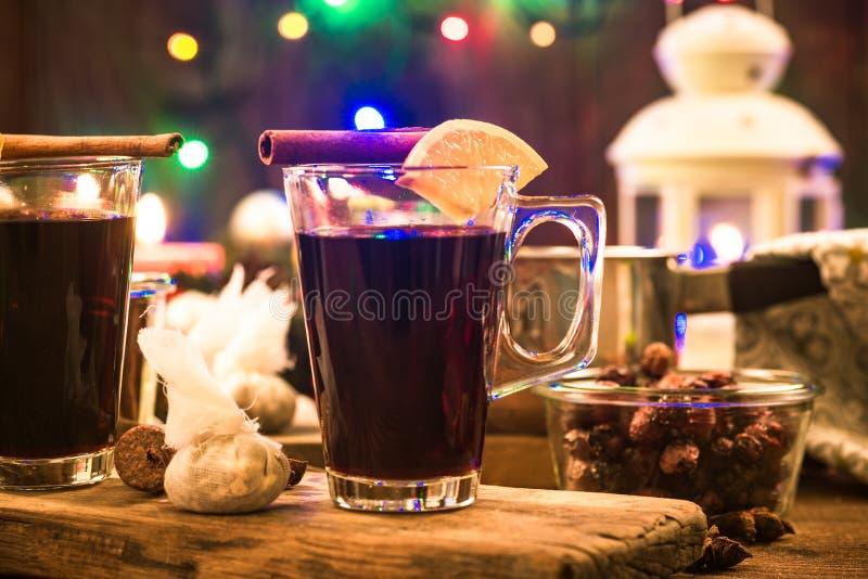 El calentarse festivo reflexionó sobre el vino, comida de la Navidad imagen de archivo