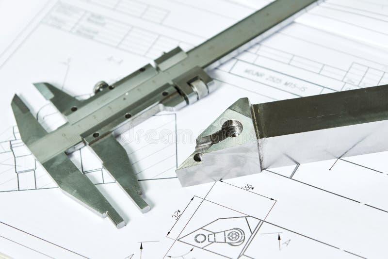 El calibrador y el metal detallan el modelo con el modelo para la metalurgia del CNC imágenes de archivo libres de regalías