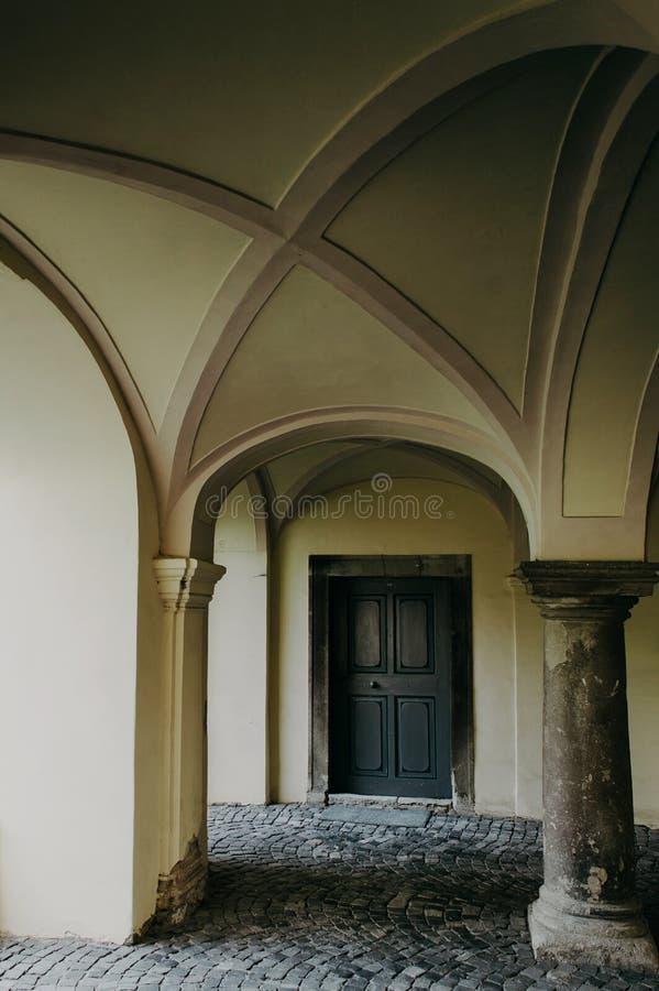 El callejón con el tejado abovedado imagen de archivo libre de regalías