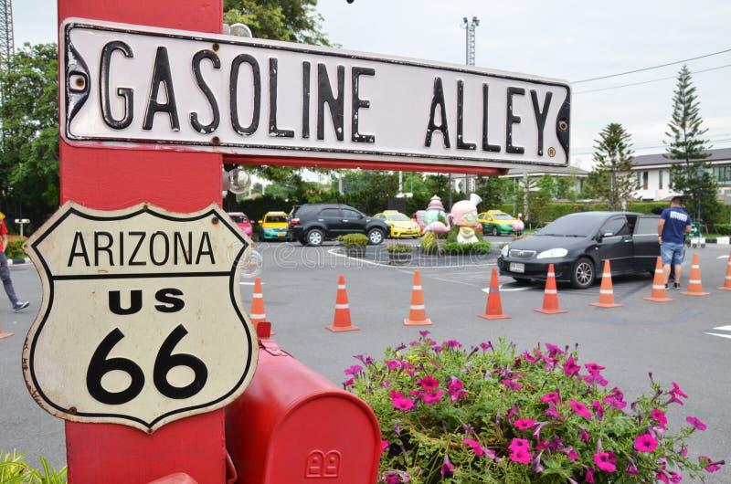 El callejón de la gasolina firma adentro el chocolate Ville en Bangkok fotografía de archivo