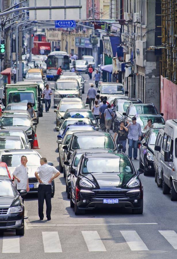 El callejón embaló con los coches que esperaban para la luz verde, Shangai, China fotos de archivo