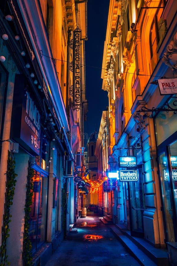 El callejón estrecho hermoso con los clubs y el cóctel de noche barra el tiro i imágenes de archivo libres de regalías