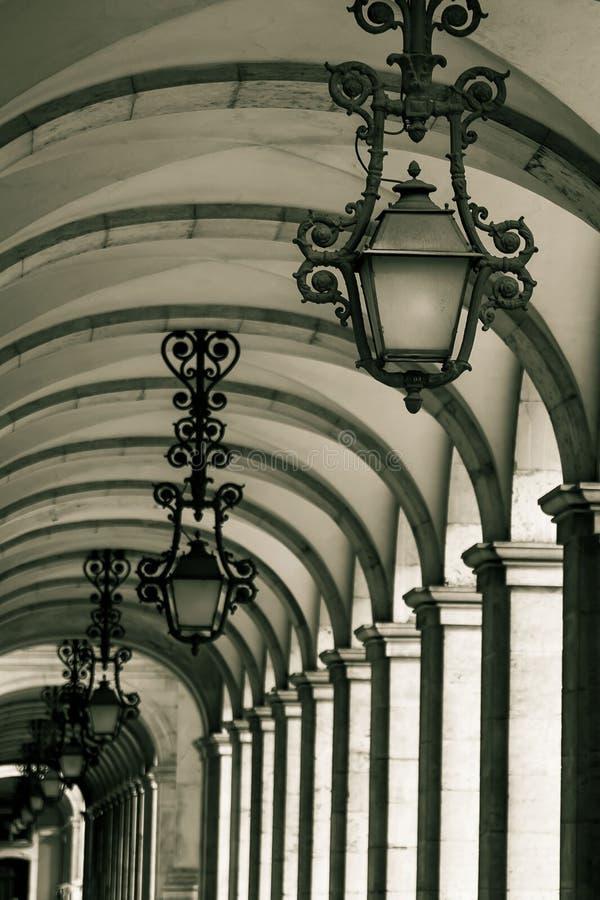 El callejón histórico con las linternas y las arcadas en Praca hacen Comerci foto de archivo
