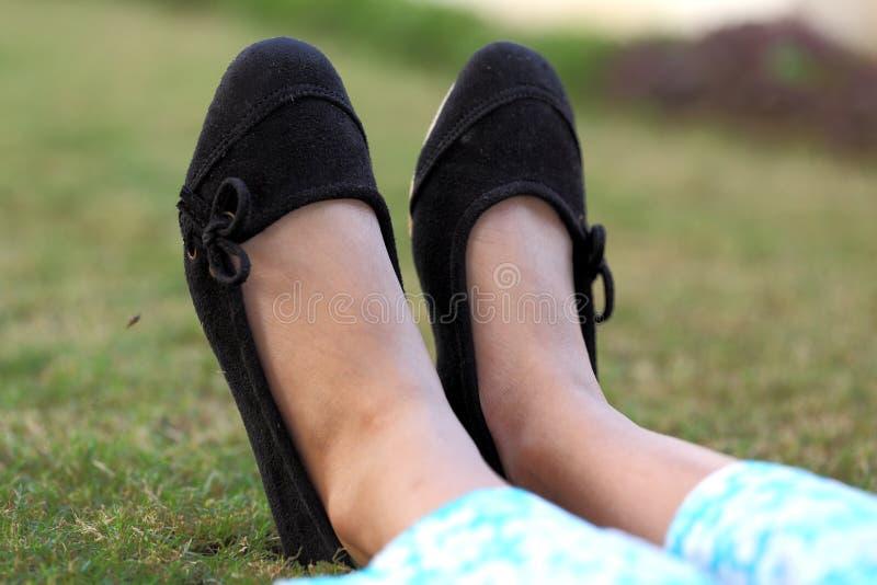 El calzado de la muchacha imagenes de archivo