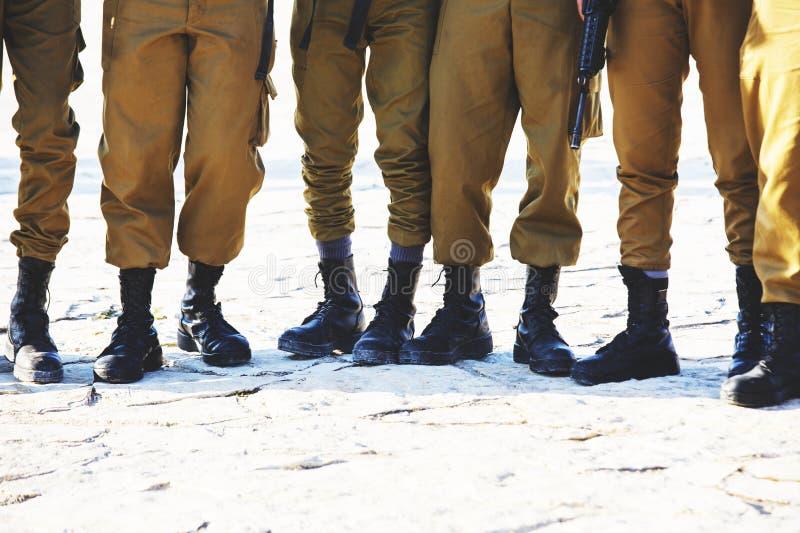 El calzado del ` s del soldado del ejército israelí que se pone en las piernas en día soleado claro imágenes de archivo libres de regalías