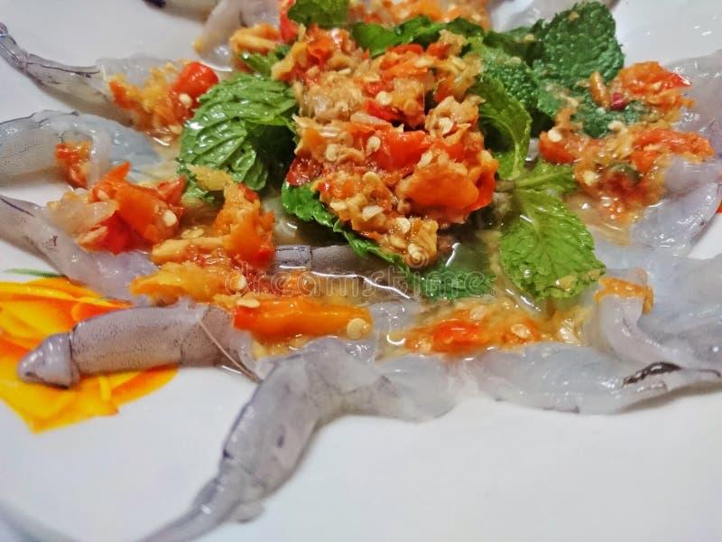 El camarón en salsa de pescados y remató con la salsa de inmersión y las hojas de menta picantes imágenes de archivo libres de regalías