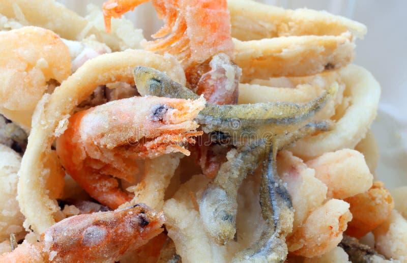 el camarón frió en el takeaway de la especialidad de los pescados imágenes de archivo libres de regalías