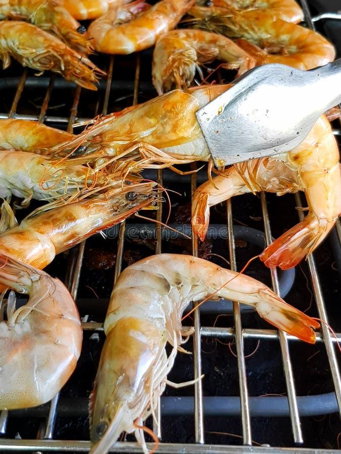 El camarón ha cocinado sobre fondo de parrillada barbacoa imagen de archivo libre de regalías
