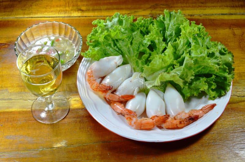 El camarón rellenó el cóctel del calamar que sumergía con la salsa y el vidrio picantes de champán imagen de archivo libre de regalías