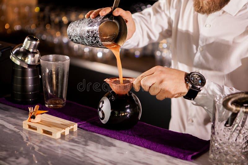 El camarero del camarero está vertiendo una bebida imágenes de archivo libres de regalías