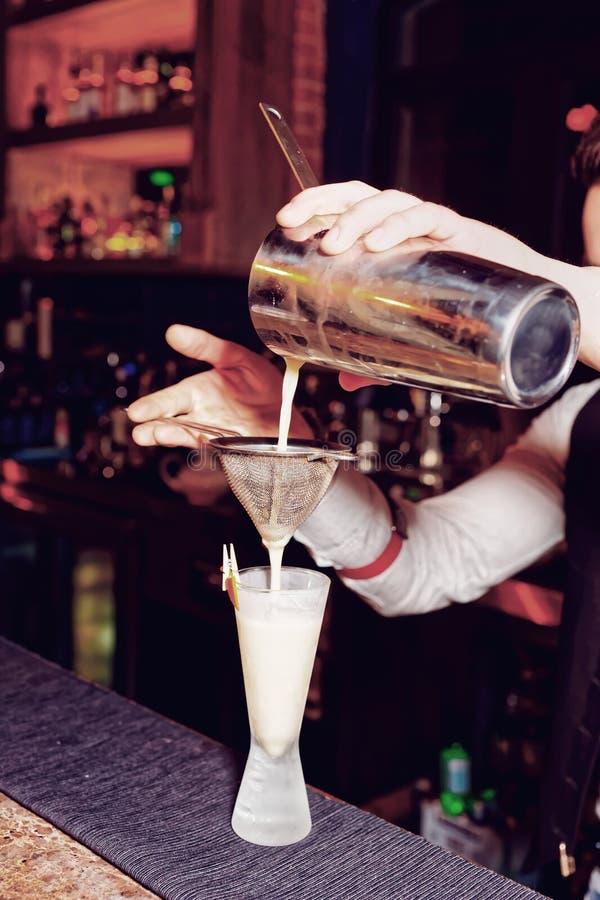 El camarero está haciendo amargo de whisky fotografía de archivo libre de regalías