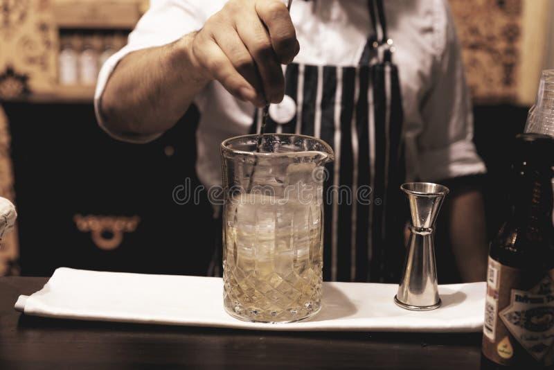 El camarero está haciendo el cóctel en el contador de la barra, imagen entonada fotos de archivo