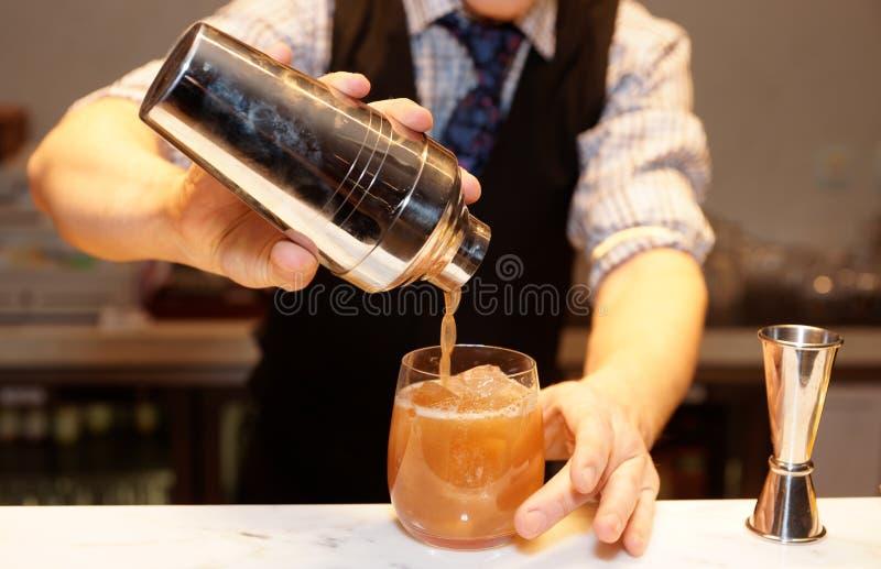 El camarero está haciendo un cóctel fotos de archivo