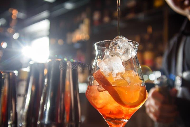 El camarero hace un cóctel hermoso en la barra El camarero azotó el cóctel foto de archivo libre de regalías