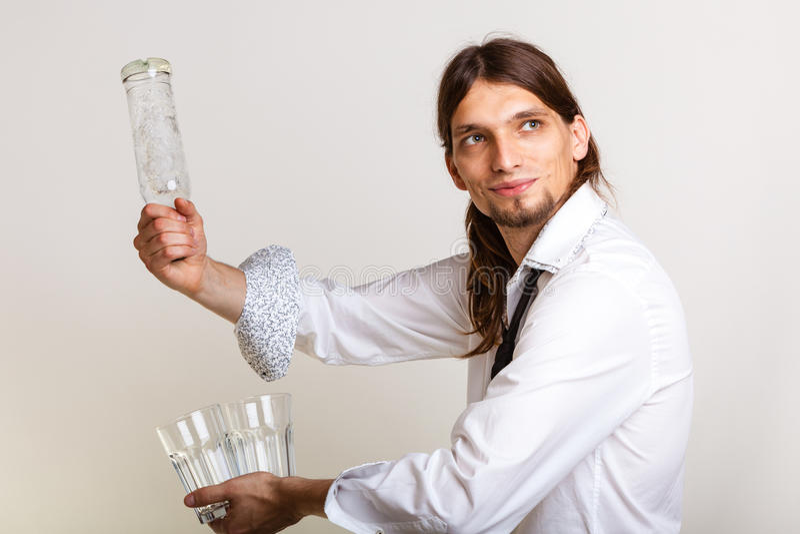 El camarero llena el vidrio de la botella foto de archivo libre de regalías