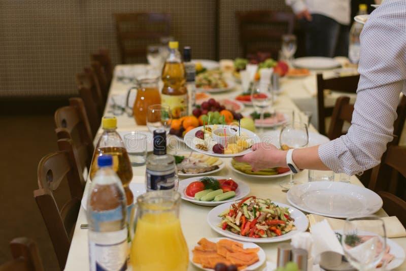 El camarero lleva platos en el festival imagen de archivo