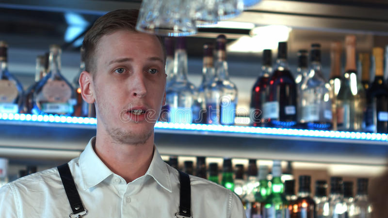 El camarero ofrece a un cliente beber algo imagen de archivo libre de regalías