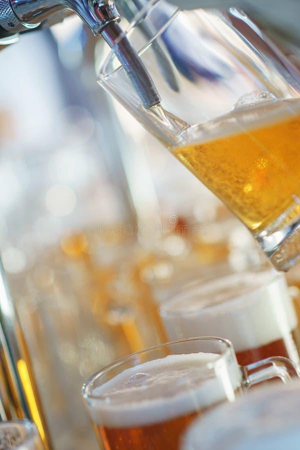 Download El Camarero Vierte Una Cerveza Espumosa Ligera En Una Taza Grande Durante El Partido De Oktoberfest Imagen de archivo - Imagen de barra, café: 100525533