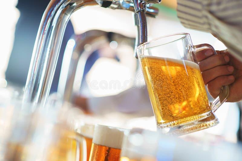 Download El Camarero Vierte Una Cerveza Espumosa Ligera En Una Taza Grande Durante El Partido De Oktoberfest Imagen de archivo - Imagen de jarro, café: 100525905