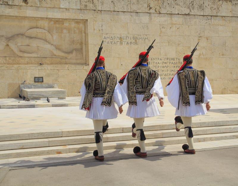 El cambio de la ceremonia del guardia ocurre delante del edificio griego del parlamento atenas foto de archivo libre de regalías