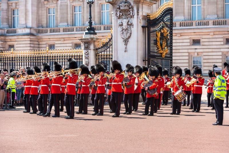 El cambio del guardia en el Buckingham Palace, Londres, Reino Unido fotografía de archivo