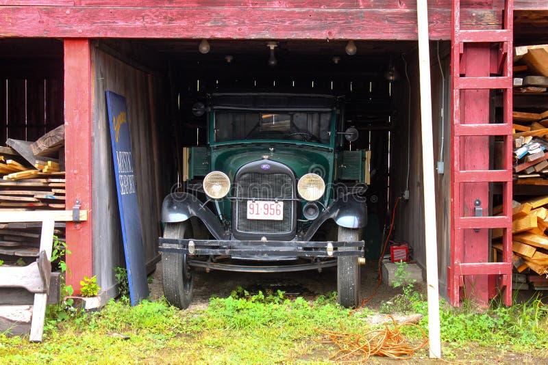 El camión antiguo parqueó en vieja yarda de la nave en Connecticut místico circa agosto de 2011 fotos de archivo