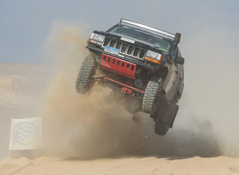 El camión campo a través que compite en los deportes extremos abandona la reunión foto de archivo libre de regalías