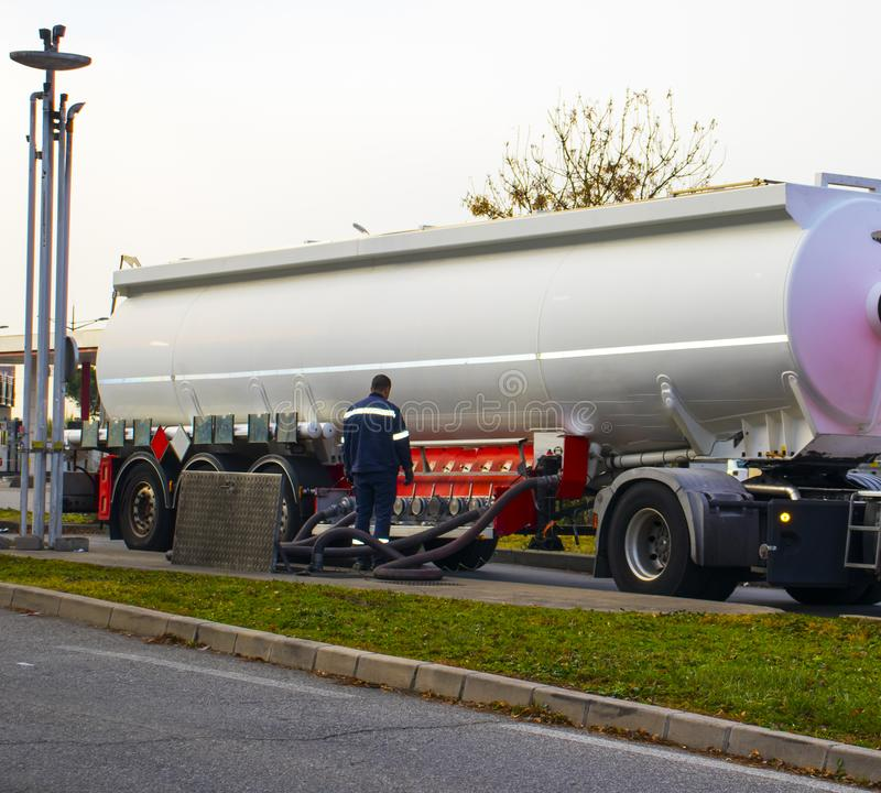 El camión comprado un tanque de gasolina imágenes de archivo libres de regalías