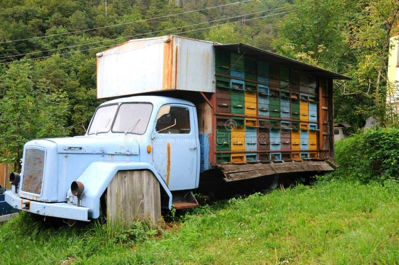 El camión de la abeja imagen de archivo