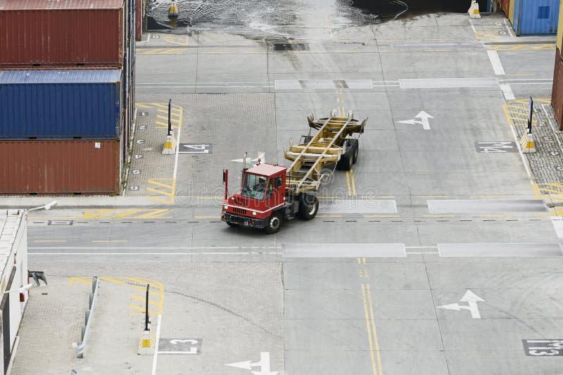 El camión de los contenedores para mercancías en el almacén del puerto de la carga foto de archivo libre de regalías