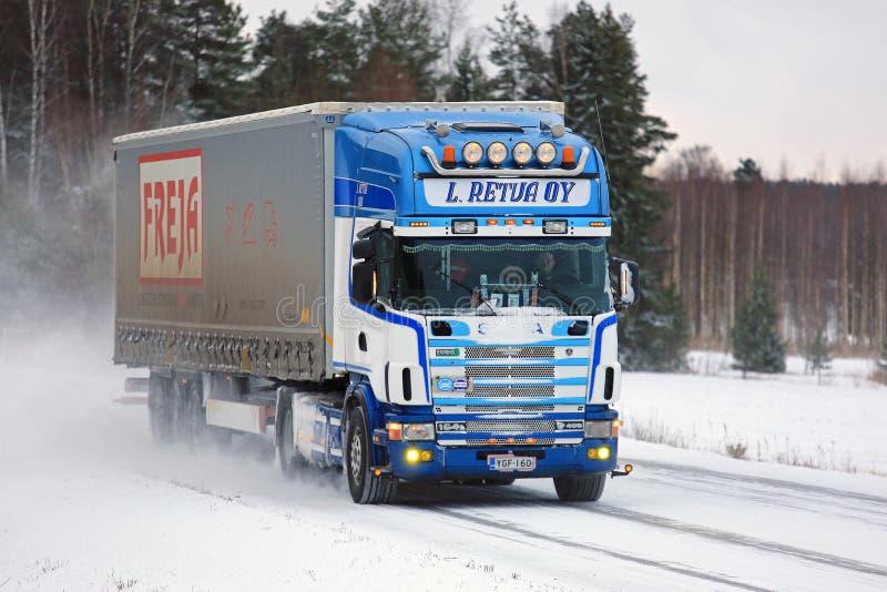 El camión de Scania 164L semi transporta mercancías en el camino nevado imagen de archivo libre de regalías