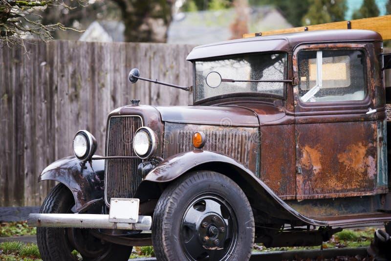 El camión oxidado del viejo vintage con el cuerpo consigue mojado de la lluvia imágenes de archivo libres de regalías