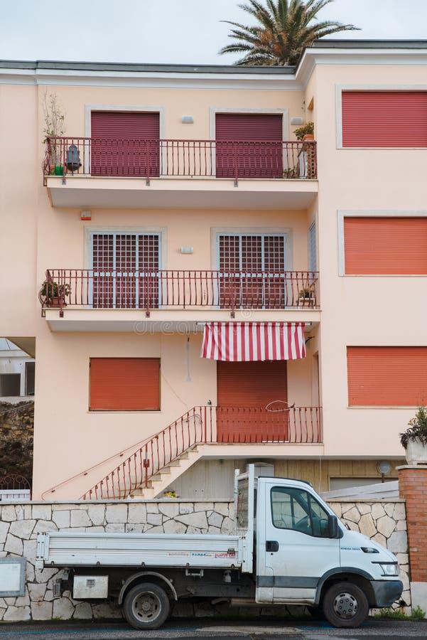 El camión parqueó delante del edificio con las ventanas shuttered, Anzio, Italia foto de archivo libre de regalías