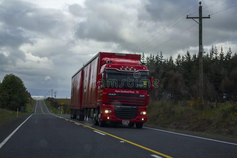 El camión pasa encendido el camino fotos de archivo libres de regalías